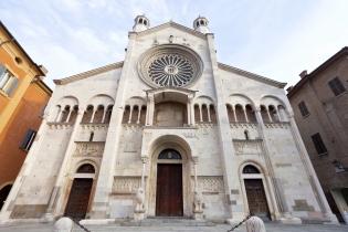 Кафедральный собор, башня Торре-Чивика и площадь Пьяцца-Гранде в городе Модена