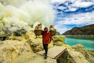 Добыча серы в жерле вулкана